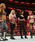 mickie-james-con-alexa-bliss-vs-asuka-a-wwe-raw-3.jpg