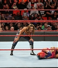 mickie-james-con-alexa-bliss-vs-asuka-a-wwe-raw.jpg